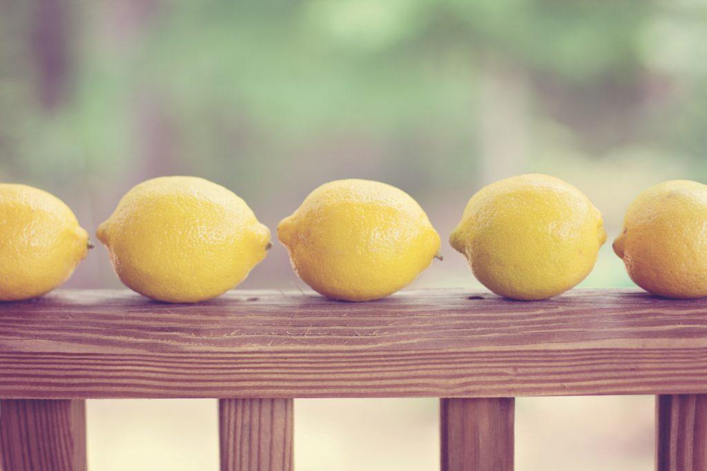 ^Mit einer Zitrone Feuer machen