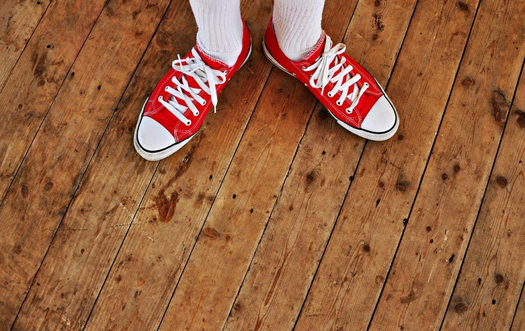 Schuhe auf Holzboden