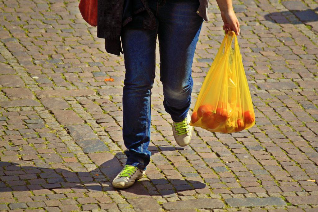 Einkaufstüten mit Karabiner tragen