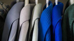 Deine Hemden rutschen vom Kleiderbügel? Nicht mit diesem genialen Trick