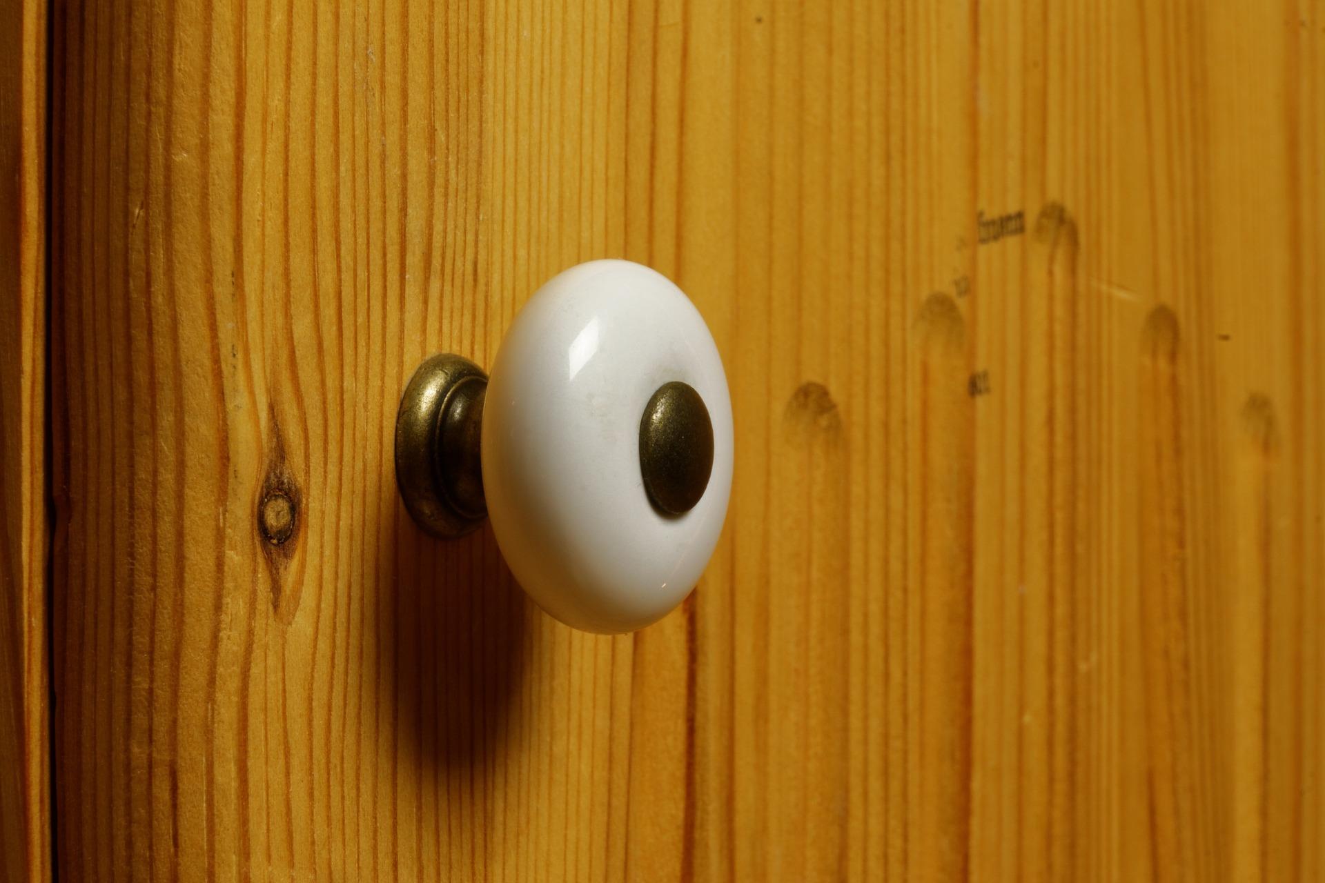 Mit deiner Heißklebepistole kannst du knallende Türen beruhigen ...