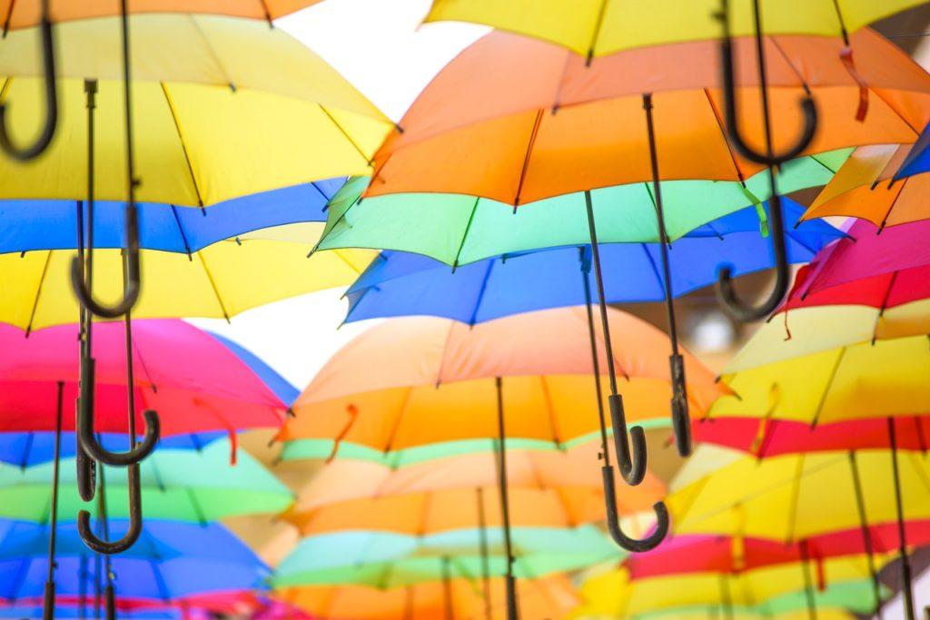 Regenschirme farbenfroh