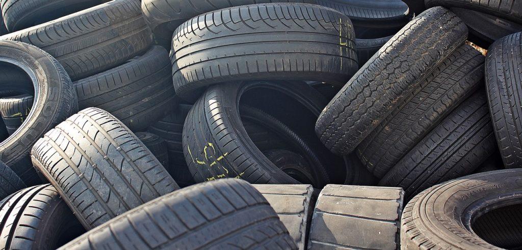 Reifen gestapelt