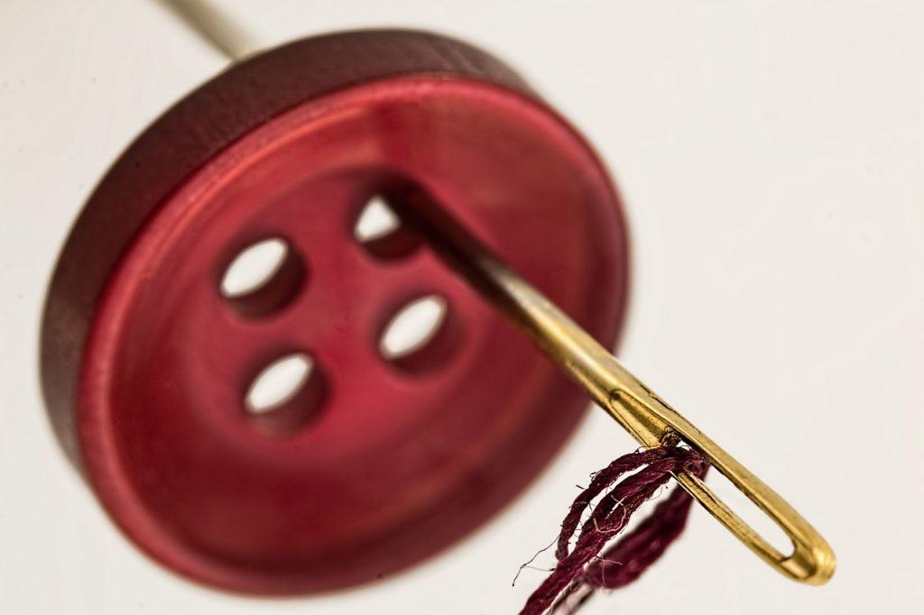 Nadel und Knopf
