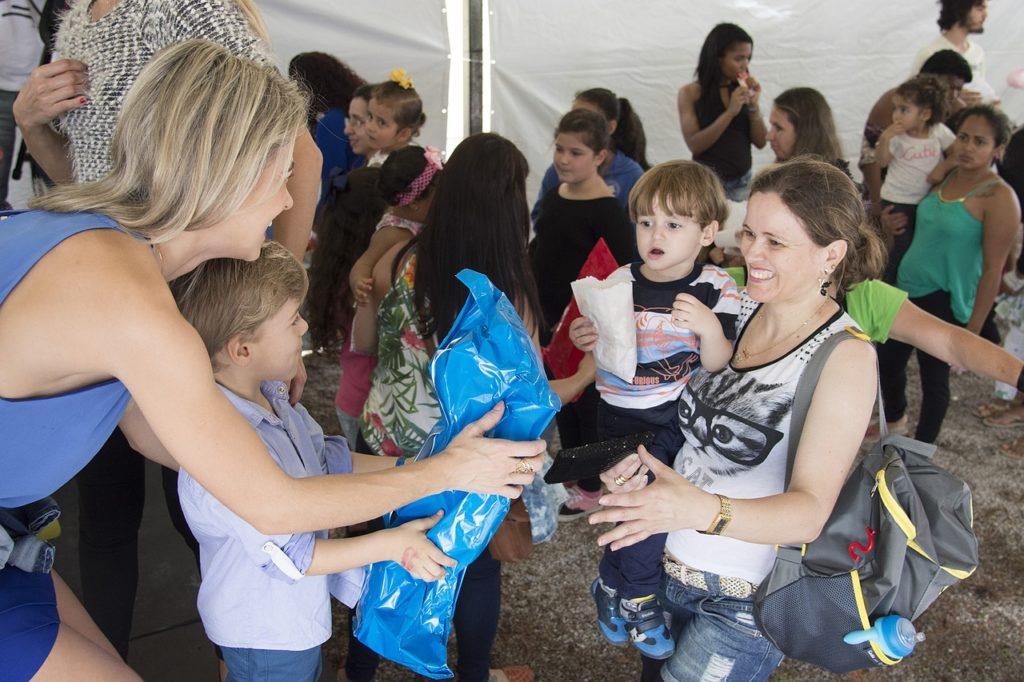 Frau hilft Kindern